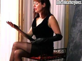 Caliente posf milf obtiene sexual después de ponerse sus guantes de cuero negro apretado