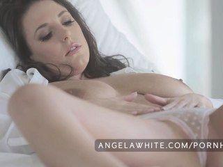 Big tit australiano angela blanco masturbándose en la cama