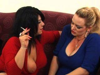 Mandy y amigo fumando