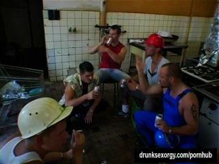 Perras bisexuales lamer coños y tomar pollas en una fiesta