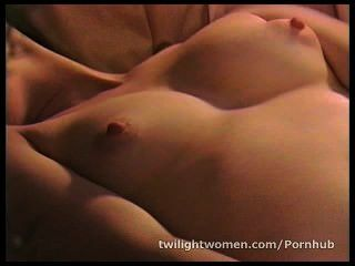 La lesbiana ann ampar se masturba mientras lesbianas amante robin alegría duerme