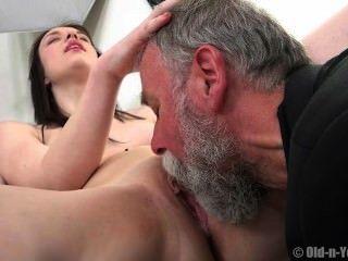 Viejo chico disfruta de un adolescente