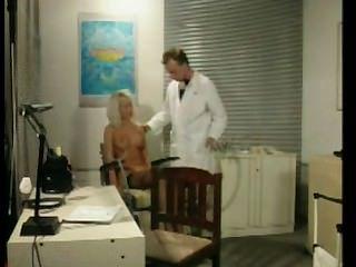 Rubia muda explotada en la oficina de médicos