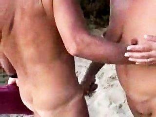 Pareja desnuda en la playa