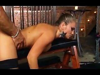 Rita flatoyano en medias rasgadas