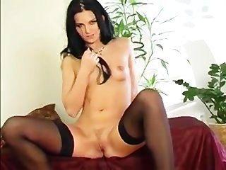 Morena se masturba en medias negras
