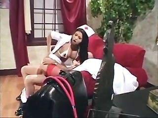Enfermera asiática en fucking uniforme y anal en medias