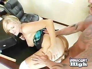 Rubia adolescente tetona obtiene su culo azotado mientras se apisonó por detrás