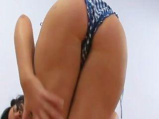 Adolescente caliente muestra su cuerpo