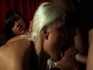 Trio anal rubia y morena
