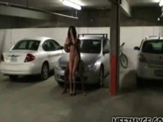 Pareja real folla en el estacionamiento