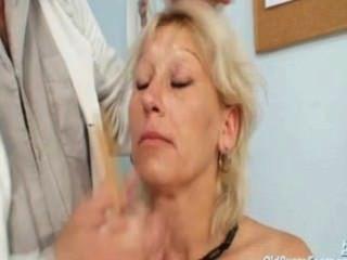 Romana madura tiene espéculo gyno gatito viejo examinado por médico gyno
