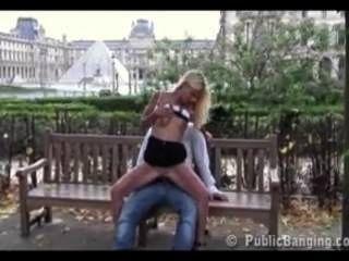 Sexo público público en el museo del louvre en paris