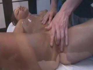 Chica recibe un masaje luego se golpeó