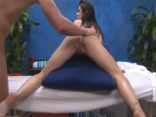 Chica sopla su masajista y se la follan