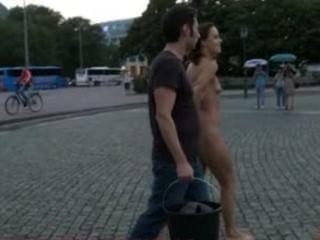 Hottie europea es completamente desnudo, descalzo, y atado en las calles