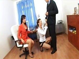 Secretaria trío con dos cuties en lencería sexy y tacones