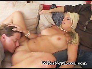 Stud muestra whimp marido cómo follar