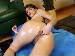 Morena aceitada masturbándose y fisting en ambos sentidos