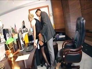 Secretaria rubia con gafas follando en lencería en la oficina