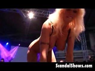 Rubia stripper extendiendo su coño en strage