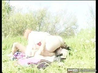 Regordeta mamá montando gallo en el sol