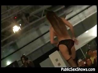 Sexy girl stripping en vivo en el escenario durante el show de sexo