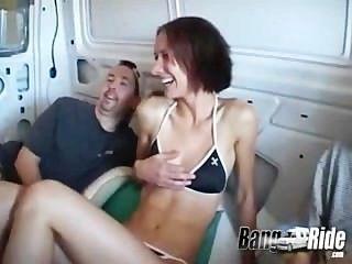 Pierna de difusión niñas disfrutando de una unidad en el bang ride