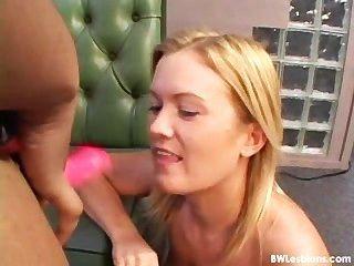 Sexo lésbico blanco y negro con un consolador (la peor realidad jamás)