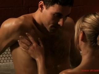 Baño erótico y beso sensual