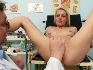Rubia femenina real gyno check up