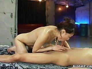 Linda adolescente asiática con buen culo jodido duro!
