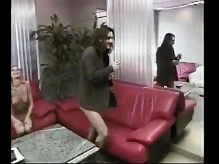 Chica de oficina caliente recibe mamada y jodido