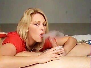 Caliente puma rubia en los talones fumando bj