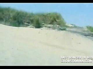 Rubia desnuda follada en la playa