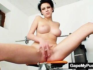 Busty babe rita pervy coño boquiabierto en el gimnasio