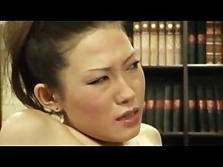 Chica tímida dedos por jefe lesbiana