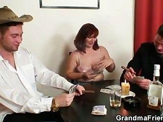 Ella pierde en el póker y se folla por dos chicos
