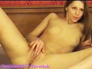 Linda niña consoladores en la webcam