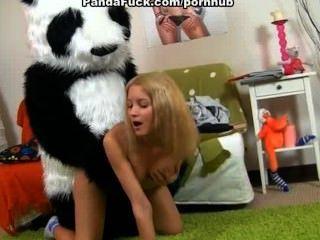 Chica desnuda adolescente quiere correa en el sexo con el oso