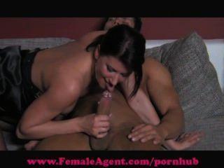 Agente femenino.Mamadas con la boca húmeda