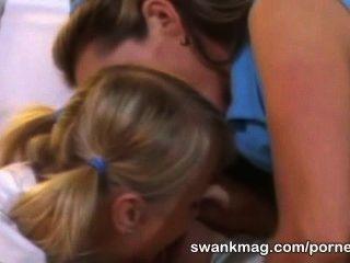 Chica de tenis caliente sharon salvaje trío follar con el instructor