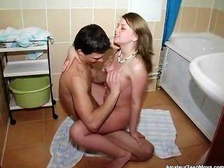 Hermosa alenushka tenía un jodido adolescente muy dulce de baño