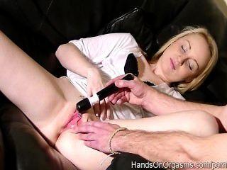 Kiana kraze orgasmos dos veces con ayuda