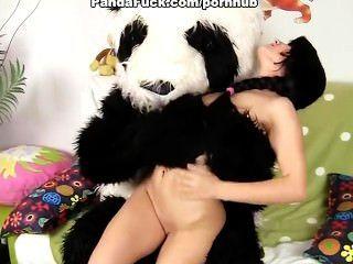 Sexy chick fucks con el oso de peluche grande