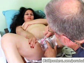 Bastante madura latina obtiene coño afeitado