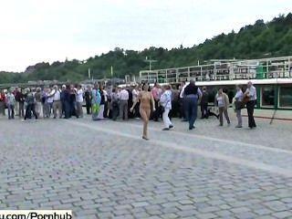 Loco polaco checo desnudo en las calles públicas
