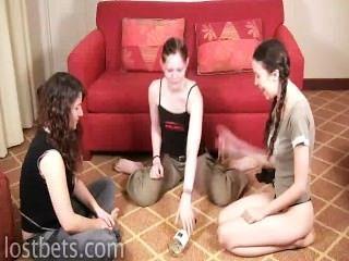 Elizabeth, julie y lirio jugar girar la botella