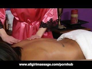 Masaje lesbiano interracial con ash hollywood y ariel rose