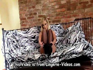 Hermosa babe llevando medias y estiletes stripping desnudo